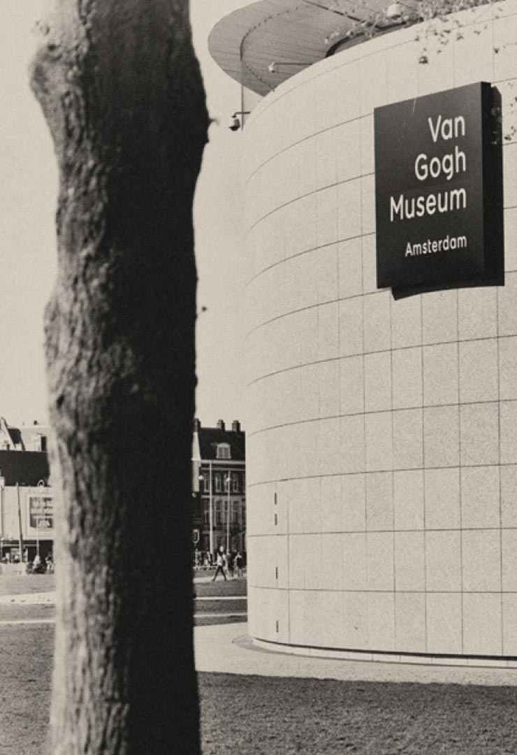 De-Hooch-Hotspot-Vang-Gogh-Museum-staand